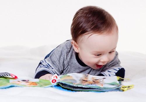 Bébé bouquine